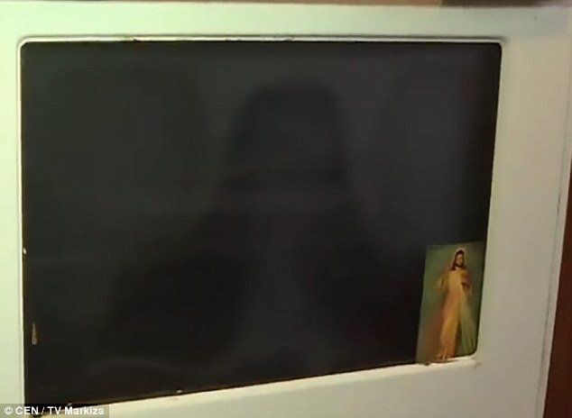 3859296300000578-3789359-the_image_of_christ_that_has_appeared_on_an_oven_door_in_a_kitch-m-149_1473868967614