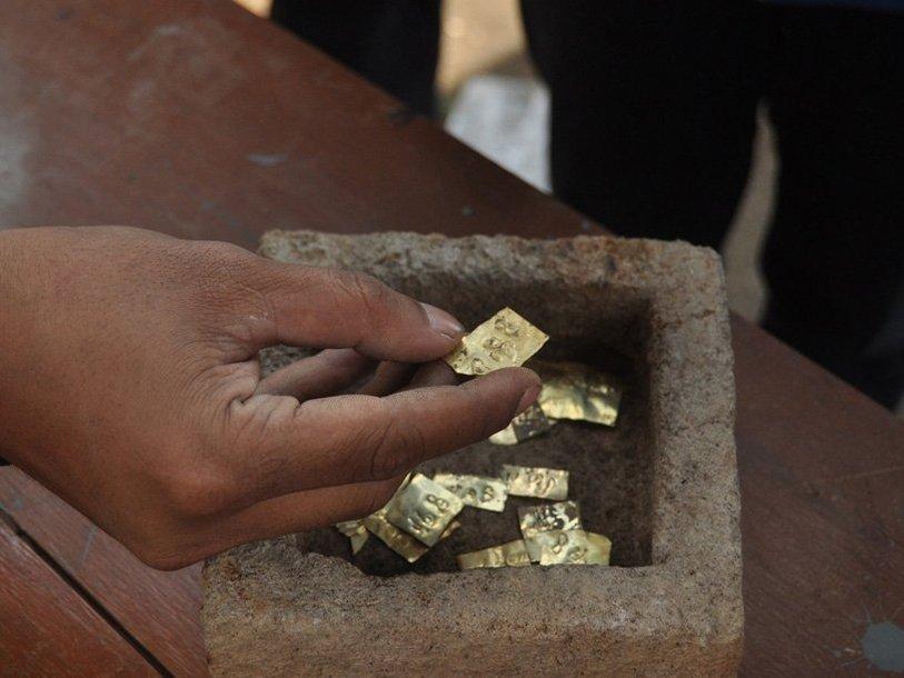 gold-plates-in-stone-box-8th-c-jp-ganug-nugroho-adi_1473721774-jpg-814x610_q85