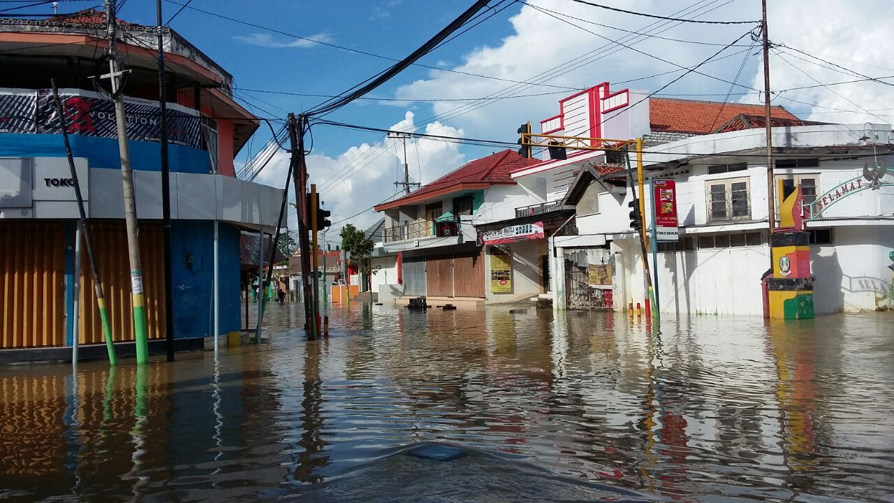 flood in jakarta Natural disasters floods east and west java and jakarta have been severely affected by heavy rains and subsequent landslides and flooding in recent years.